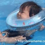 赤ちゃんがお風呂でぷかぷか遊べる首浮き輪「スイマーバ」