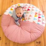 赤ちゃんのお昼寝をリビングで快適に!プレイマットにもなる「せんべい座布団」