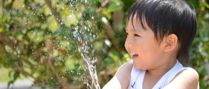 赤ちゃんの公園水遊びの準備