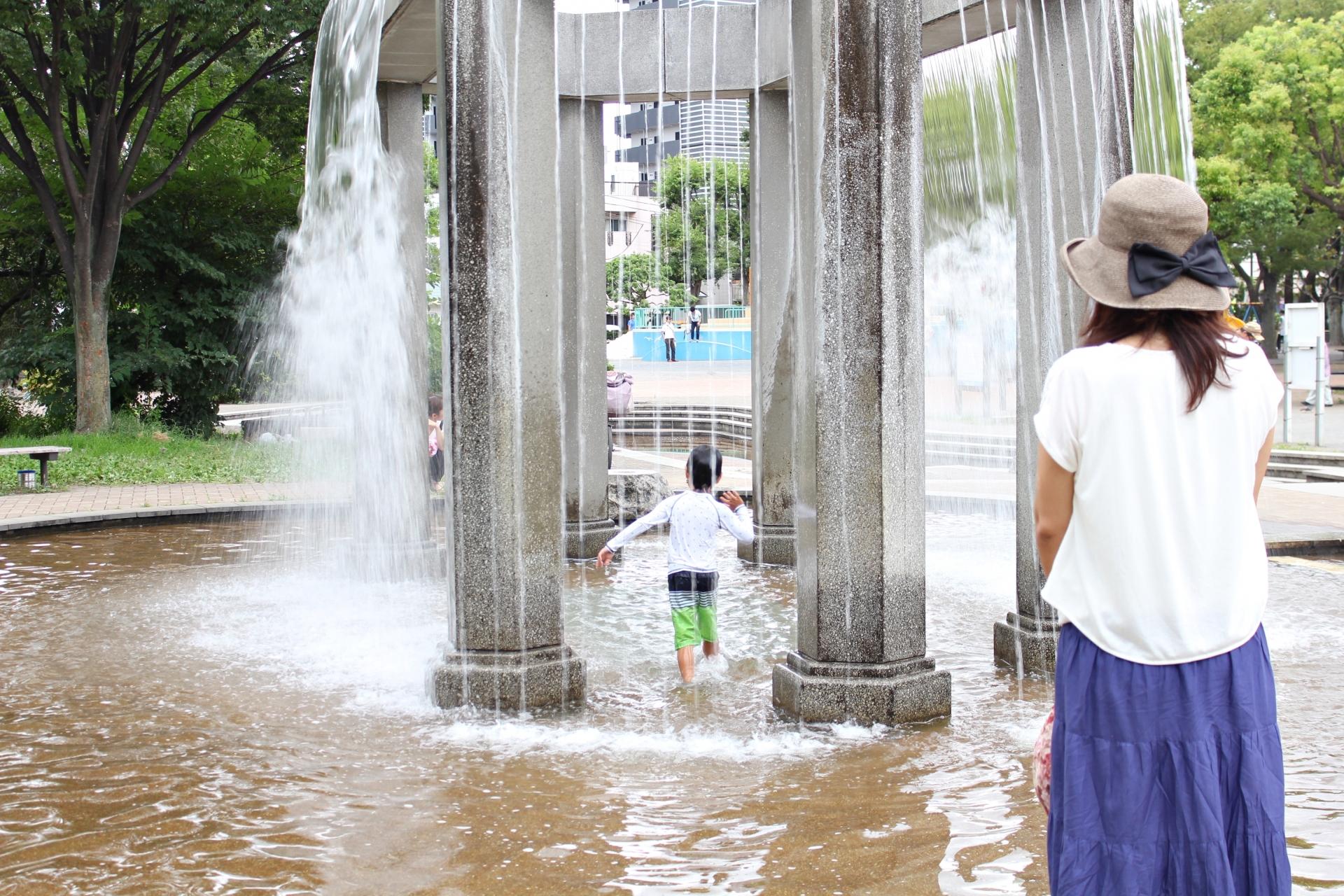 子どもの水遊びに付き合うママの服装は?ママ用品は何を持っていくべき?